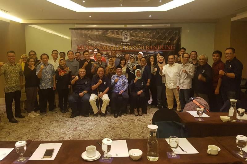 Peserta Musyawarah Cabang (Muscab) Persatuan Radio Siaran Swasta Nasional Indonesia (PRSSNI) Bandung berfoto bersama usai acara di Grand Mercure Hotels and Resorts, Jalan Dr. Setiabudi, Bandung, Selasa (17/9/2019).