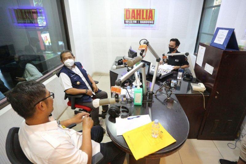 Wakil Wali Kota Bandung Yana Mulyana (tengah) menjadi narasumber di Radio Dahlia, Jalan Burangrang, Rabu (26/8/2020).  (Foto: Humas Pemkot Bandung)